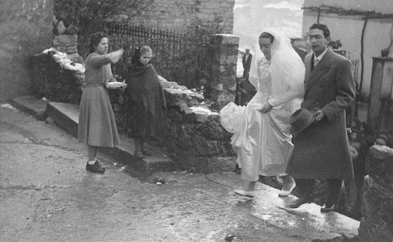 1950, Gli sposi escono dalla chiesa ad Orani