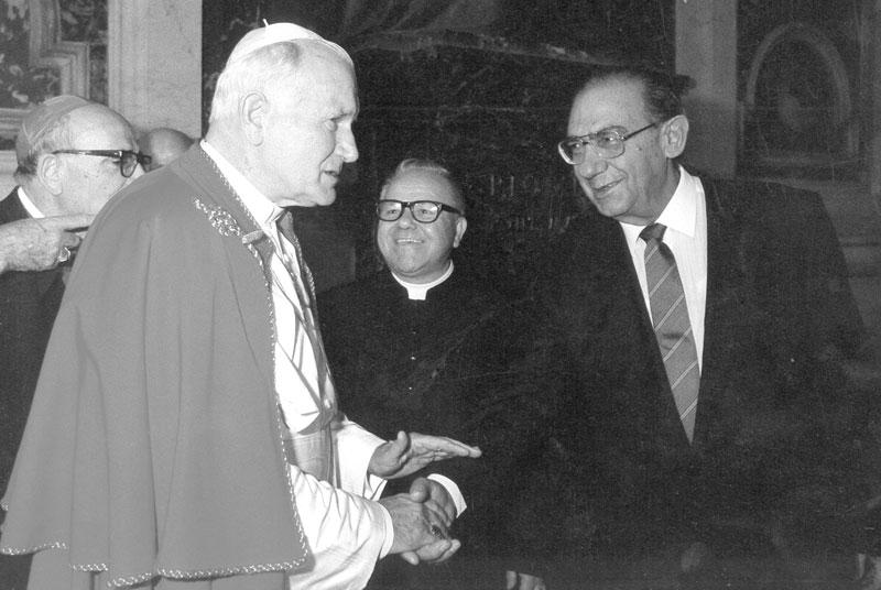 1985, Con Papa Giovanni Paolo II durante la visita del pontefice in Sardegna