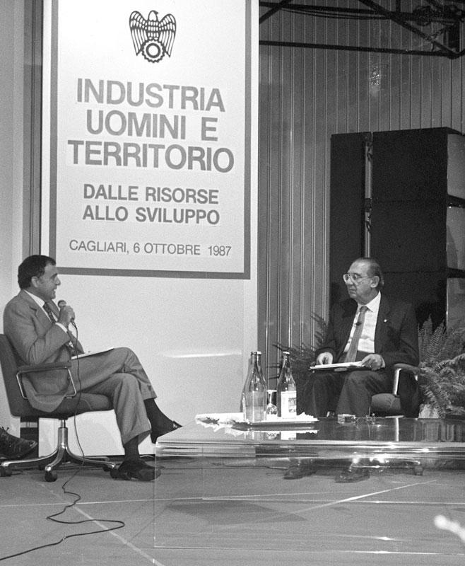 """1987 - Cagliari Con il prof. Paolo Savona durante la conferenza """"Industria uomini e territorio"""""""
