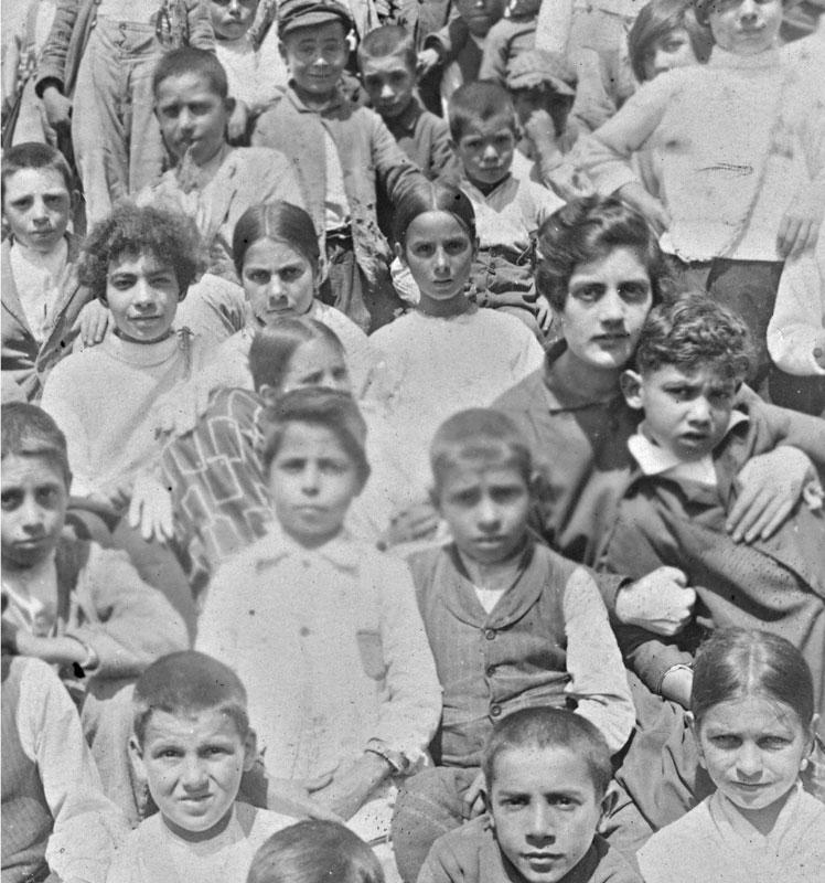 1928 - Mario insieme ai compagni di scuola e alla maestra a Baunei