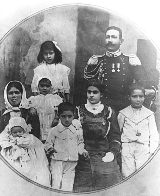 Michela Corrias e Giuseppe Melis con i loro figli Giovanni Battista, Cicita, Pietro, Tonina, Pasquale e una balia