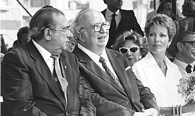1986 - La Maddalena Il ministro Giovanni Spadolini e la principessa Salimah Begun Aga Khan durante il varo di Azzurra